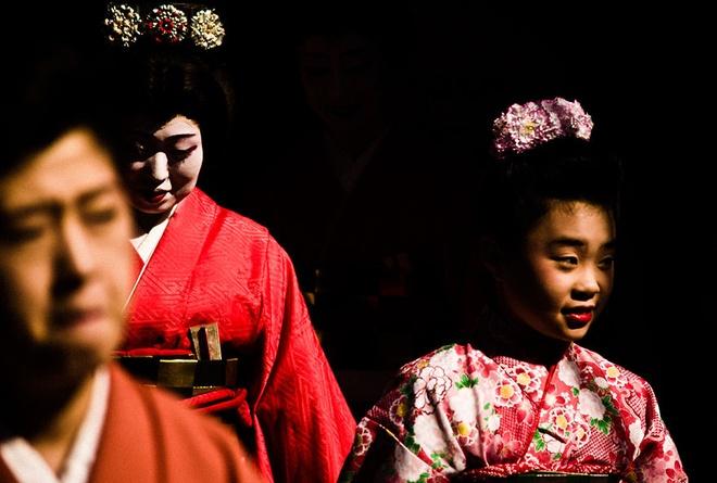 Đây chính là thời gian chính quyền Nhật Bản cấm người nước ngoài neo đậu tại các cảng của Nhật, nhưng các tàu Trung Quốc và Hà Lan là một ngoại lệ. Lễ hội Okunchi tôn vinh các thương nhân này bằng nhiều hình thức, các điệu múa truyền thống, hội chợ, hóa trang, rước kiệu, và nhiều trò giải trí khác.