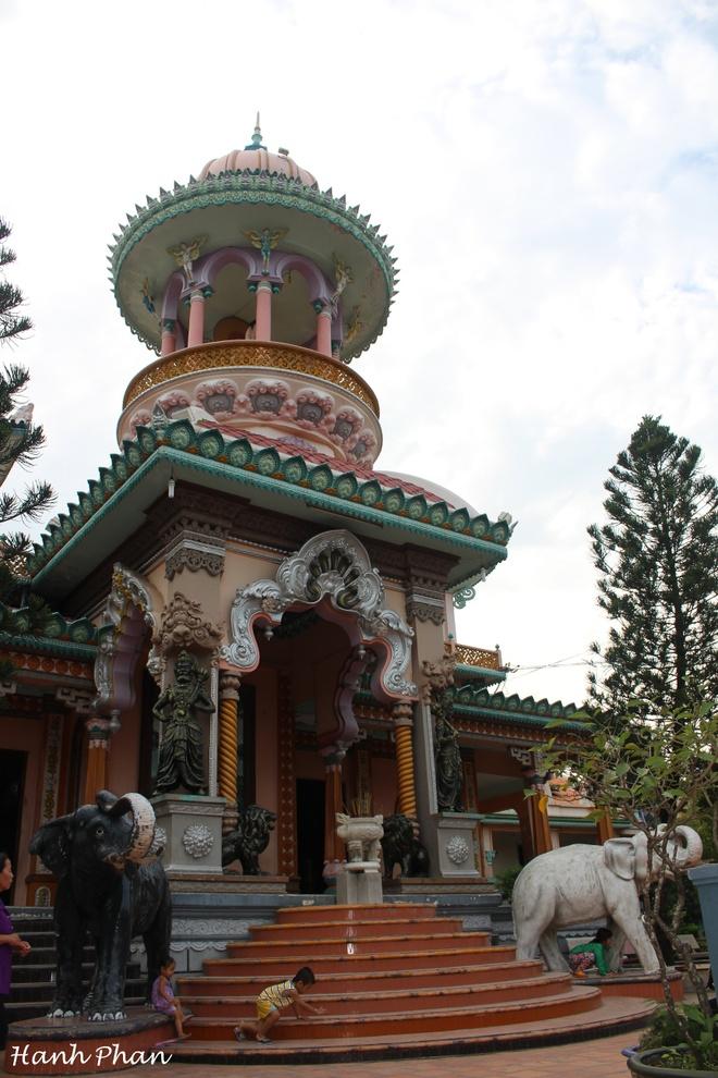 Hai ngay kham pha non xanh nuoc biec An Giang hinh anh 2 Chùa Tây An có kiến trúc kết hợp giữa Ấn Hồi.