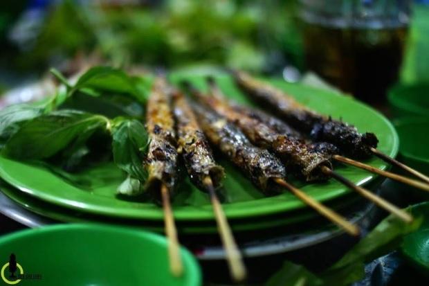 Cá kèo nướng : Vào mùa mưa, cá kèo xuất hiện nhiều hơn trên các kênh rạch, rở thành món ăn dân dã ở miền Nam và làm nên nét ẩm thực đặc trưng riêng cho vùng đất Mũi Cà Mau.  Cá kèo thịt ngọt và thơm, nổi tiếng lành và sạch lại dễ chế biến nhiều món ngon, từ chiên, kho cho đến nướng và lẫu... Món ăn thường được chế biến từ cá kèo : cá kèo nướng, cá kèo nấu lá giang, cá kèo kho ngót. Ảnh : Nam Chấy