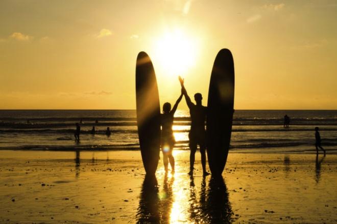 10 noi to chuc dam cuoi bai bien tuyet dep tren the gioi hinh anh 5 5. Bali  Vốn được biết đến như thiên đường trải nghiệm khám phá cuộc sống sôi động hằng đêm, nhưng đảo Bali còn được các đôi uyên ương lựa chọn để tổ chức một bữa tiệc cưới đầy lãng mạn ở Indonesia.  Dù địa điểm tổ chức là bên bãi biển xanh trong hay gần ngọn núi lửa bồng bềnh mây phủ đi nữa thì cảnh quan ngoạn mục, người dân thân thiện nơi đây luôn là điểm nhấn quan trọng.