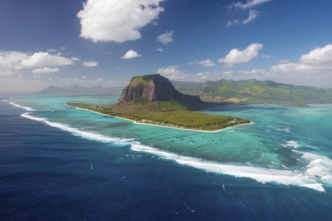 10 noi to chuc dam cuoi bai bien tuyet dep tren the gioi hinh anh 6 6. Mauritius  Mauritius sở hữu nhiều bãi tắm đẹp, cát trắng trải dài với nhiều khách sạn sang trọng và lãng mạn.  Khá xa đất liền, nằm ẩn mình trong những vùng nước xanh như ngọc ở biển Ấn Độ Dương, ngoài khơi bờ biển đông nam châu Phi, do đó Mauritius thích hợp cho các chuyến đi nghỉ dưỡng, tổ chức tiệc cưới và những đêm trăng mật ngọt ngào.