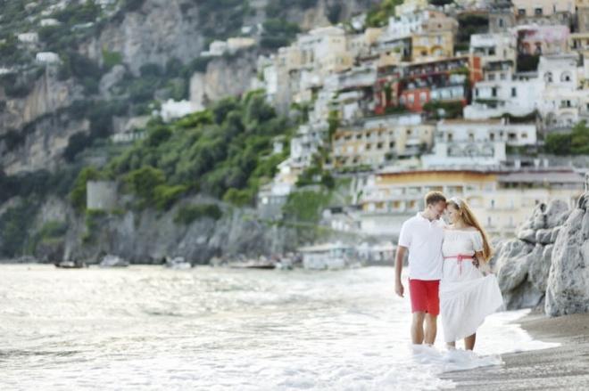 10 noi to chuc dam cuoi bai bien tuyet dep tren the gioi hinh anh 8 8. Italy: Italy là một điểm đến đầy lãng mạn với những nhà thờ cổ kính, lâu đài xa xưa nằm rải rác khắp cả nước, tha hồ cho bạn khám phá và tham quan đến nỗi quên cả thời gian dần trôi.  Thế nhưng nơi đây cũng có nhiều địa điểm đẹp để tổ chức tiệc cưới ở các vùng ven biển Amalfi và Maratea tại một số khách sạn sang trọng và có tầm nhìn đẹp.