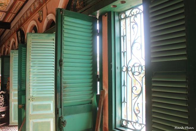 Cửa ra vào và cửa sổ được làm bằng gỗ lá sách thịnh hành vào đầu thế kỷ 20.