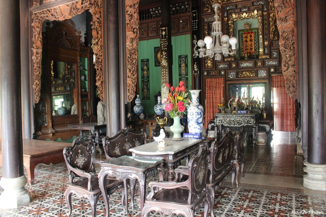 Kiến trúc Đông Tây hài hòa giữa không gian tiếp khách và gian thờ ở bên trong nhà cổ.