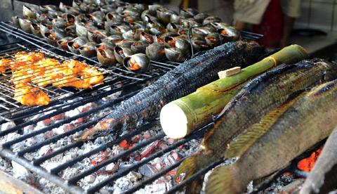 7 dieu chinh phuc du khach o mien Tay hinh anh 2 Dân dã cá lóc nướng trui - Miền Tây nổi tiếng với các món nướng theo kiểu dân dã, đặc biệt là cá lóc nướng trui, nướng bùn hoặc nướng vỉ. Và chỉ có phù sa sông Mê Kông mới cho món cá vị ngọt bùi đặc trưng.