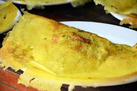 7 dieu chinh phuc du khach o mien Tay hinh anh 3 Đậm đà bánh xèo miền Tây - Bánh xèo miền Tây với vị thơm béo của nước dừa, bột nghệ, vị giòn rụm của bánh, ăn kèm rau xanh... làm say lòng lữ khách phương xa.