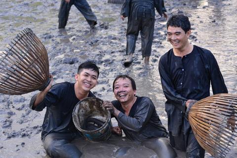 """7 dieu chinh phuc du khach o mien Tay hinh anh 4 Trải nghiệm xuống ruộng bắt cá - Đến miền Tây, bạn sẽ nhớ mãi những trải nghiệm độc đáo khi xắn tay áo, """"chân lấm, tay bùn"""" bắt cá như một người nông dân thực thụ."""