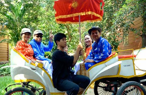 7 dieu chinh phuc du khach o mien Tay hinh anh 5 Hóa thân điền chủ đất Phương Nam - Cùng cao sang với xe ngựa, lọng hoa và trải nghiệm phong thái ung dung, vui thú điền viên.
