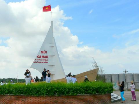 7 dieu chinh phuc du khach o mien Tay hinh anh 7 Chinh phục cột mốc tọa độ cực Nam - Cột mốc tọa độ cực Nam luôn là mục tiêu nhiều du khách mong muốn được chinh phục trong hành trình khám phá Việt Nam. Bởi nỗi lòng lắng xuống.