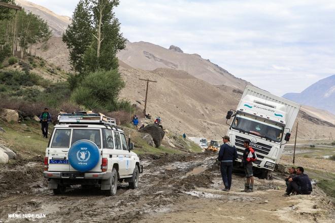 Trang dem bang duong deo o Trung A hinh anh 1 Đoạn đường từ Eshkashem đến Langar với nhiều đoạn bùn lầy nguy hiểm nhưng lại là một cung đường biên giới tuyệt đẹp giữa Tajikistan và Afghanistan.