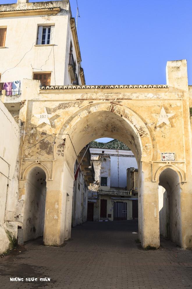 4 khu pho co doc dao nhat Morocco hinh anh 1 Tangier: Tangier là thành phố phía bắc của vương quốc Morocco, nằm trên bờ biển Bắc Phi ở phía tây, nơi giáp ranh giữa Địa Trung Hải và Đại Tây Dương tại mũi Spartel. Đây là thành phố cửa ngõ thu hút khách du lịch châu Âu tham quan đất nước Morocco. Nơi đây có hệ thống cảng biển sầm suất và những chuyến phà nối với Tây Ban Nha.