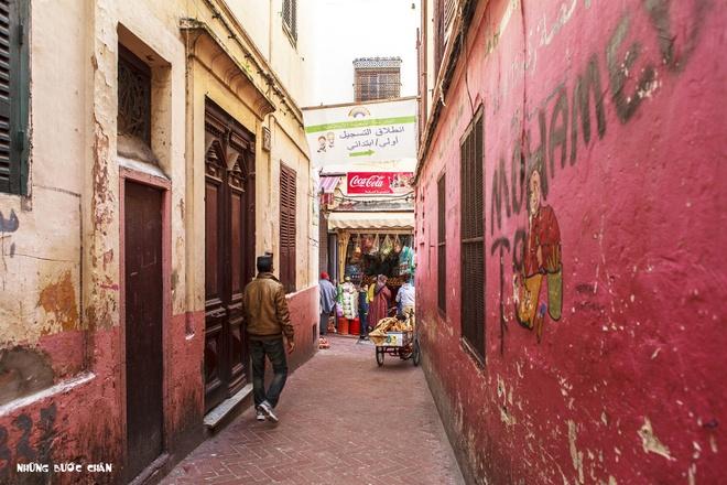 4 khu pho co doc dao nhat Morocco hinh anh 2 Vì là cửa ngõ du lịch với các nước Châu  u nên Tangier sớm hình thành hệ thống Medina để phục vụ việc giao thương nội vùng và quốc tế. Khách du lịch phương Tây thường đến Tangier để mua những mặt hàng truyền thống Ma Rốc tại khu Medina cổ được xây dựng từ năm 1889.