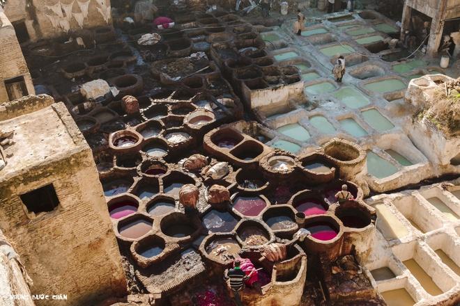 4 khu pho co doc dao nhat Morocco hinh anh 5 Fes: Khách du lịch thường muốn hiểu về một nền văn hóa thì họ thường đến những khu chợ bởi nơi đấy phản ánh rõ ràng nhất mọi thứ như lối sống, văn hoá, phong tục tập quán, con người, trang phục, ẩm thực… Fes el Bali (khu cũ) vì thế luôn là điểm đến hàng đầu cho bất cứ du khách nào đặt chân đến ngôi chợ cổ được UNESCO công nhận là di sản thế giới năm 1981 này. Và nếu đã một lần đến Fes, bạn hãy cẩn thận vì có khi bạn sẽ lạc bước ở Medina rộng lớn của Fes.