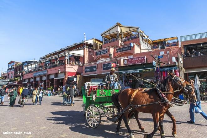 4 khu pho co doc dao nhat Morocco hinh anh 8 Quảng trường Jemaa el Fna trước khu vực phổ cổ Marrakech, du khách có cơ hội được gặp những người kể chuyện rong, dụ rắn, những chiếc xe ngựa lọc cọc chở khách, những xe đẩy độc đáo bán nước cam tươi, những món ăn truyền thống bày bán ê hề trong các khu chợ và những hàng hóa từ quần áo, thuộc da, hương liệu, thực phẩm, trang sức, mỹ nghệ, thảm, đèn treo… khắp các khu phố cổ theo kiểu Trung Đông đầy màu sắc huyền bí.