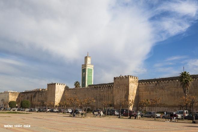 4 khu pho co doc dao nhat Morocco hinh anh 9 Meknes: Meknes là một trong bốn thành phố du lịch nổi tiếng nhất của Ma Rốc. Meknes từng là thủ đô Morocco dưới thời cai trị của Moulay Ismail (1672–1727), trước khi được dời đô đến Marrakech. Thành phố hiện có lưu giữ nét kiến trúc kiểu Tây Ban Nha và Ma Rốc rất ấn tượng. Bao quanh thành phố là những bờ tường cao với các cổng thành vĩ đại. Nơi đây có nhiều di tích lịch sử như nhà thờ hồi giáo, quảng trường và đặt biệt là các khu chợ cổ thu hút rất nhiều khách du lịch đến tham quan.