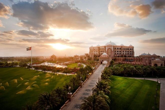Tour tron goi kham pha ve dep Abu Dhabi - Dubai hinh anh 4 Sau khi vui chơi tại đây, bạn sẽ khởi hành tới Breakwater, khu vực đê chắn sóng tập trung nhiều điểm vui chơi giải trí, sau đấy là các địa danh nổi tiếng như Rulers Palace và Emirates Palace – công trình kiến trúc giống như tòa lâu đài nguy nga và sang trọng nhất thế giới, Thánh đường Hồi giáo lớn nhất thế giới Sheikh Zayed. Ảnh: Emiratespalace.ae.