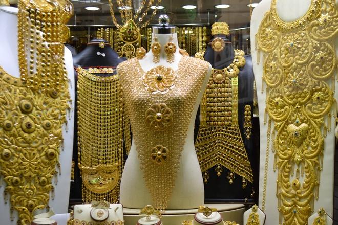 """Tour tron goi kham pha ve dep Abu Dhabi - Dubai hinh anh 6 Ngày 3. Dubai: Đầu tiên du khách sẽ tới tham quan đền thờ Hồi Giáo Dubai Jumeirah, rồi đến Khu phố cổ Bastakiya, tiếp theo là Bảo tàng Dubai. Điểm nhấn tiếp theo du khách sẽ tới tham quan và tự do mua sắm tại chợ Vàng """"Gold Souk"""" với hơn 200 tiệm vàng với chất lượng đã được kiểm định, kế đó là chợ hương vị """"Spicy Souk"""" với nhiều loại nước hoa, gia vị từ trầm hương và thảo mộc. Ảnh: Goldensandsdubai.com."""