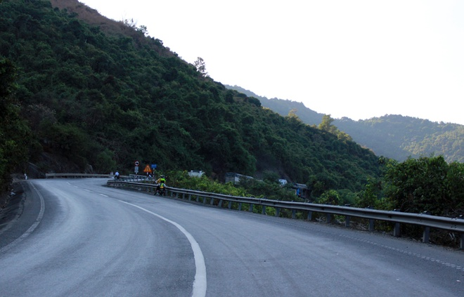"""Đèo Cả (ranh giới giữa Phú Yên và Khánh Hòa) Được mệnh danh là một trong những đèo lớn và hiểm trở nhất tại miền Trung Việt Nam, đèo Cdài 12km, nằm ở độ cao 333m cắt ngang dãy Đại Lãnh ở nơi giáp ranh của hai tỉnh Phú Yên (huyện Đông Hòa) và Khánh Hòa (huyện Vạn Ninh), trên Quốc lộ 1A. Dù không phải là đèo có đoạn đường dài hay độ cao lớn đèo Cả nguy hiểm bởi độ dốc lớn, lưu lượng xe tải qua đèo nhiều, nhiều đoạn đường liên tục được sửa chữa khiến tầm nhìn bị che khuất. Đèo Cả khiến các phượt thủ """"quên lối về"""" bởi nếu nhìn lên cao bạn sẽ thấy hình ảnh Núi đá bia, di tích nổi tiếng ở Phú Yên và bên dưới là Vịnh vũng Rô bình yên, thơ mộng."""