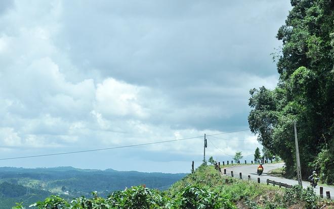 """Đèo Chuối ( xã Liêng Sa Rôn, huyện Đam Rông, tỉnh Lâm Đồng)  Vừa qua đèo Đắk Nuê bạn sẽ gặp ngay đèo Chuối trên cung đường đi Đà Lạt. Đèo chuối có độ dài khoảng 10km (từ km 106 đến km 116). Đây là đoạn đường đèo có những vực sâu hàng trăm mét từng chứng kiến rất nhiều các vụ tai nạn thảm khốc. Dọc cung đường đi này liên tục có các biển báo: """"Đèo chuối đường dốc quanh co liên tục, lái xe cẩn thận""""."""