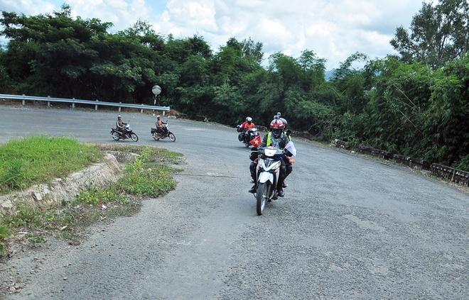 Con đường ở đèo Chuối nhiều đoạn men theo sườn núi, dốc sâu thăm thẳm, nhiều đoạn băng qua giữa đồi núi. Cung đường này cũng có không ít ổ gà, đường dốc và nhiều xe tải qua lại khiến tầm nhìn bị che khuất, đặc biệt là những khúc cua vòng.