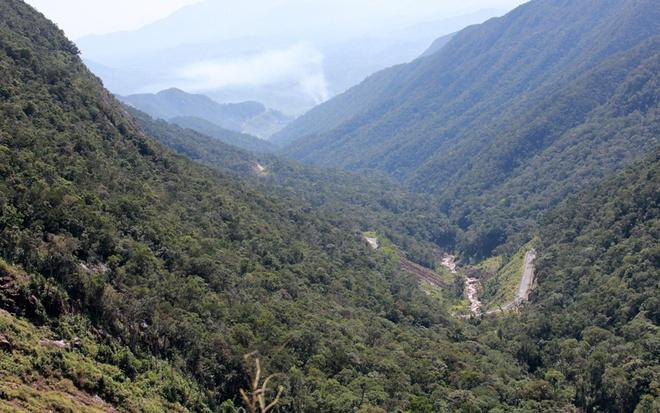 Đường đèo này khá đẹp, hầu như không hề có ổ gà, ổ voi. Càng lên cao cung đường càng hiểm trở và thơ mộng với núi non hùng vĩ. Nếu đi vào thời điểm giữa ban trưa bạn sẽ thấy cảnh tượng bầu trời trong xanh không một gợn mây, phía dưới thung lũng sâu và bên đường thỉnh thoảng là những thác nước, dòng suối nhỏ uốn lượn đổ xuống dưới chân núi. Tại độ cao 1.500m của đèo Hòn Giao có một điểm dừng chân vô cùng lý thú nơi có dòng thác chảy xuống bọt tung trắng xóa tựa như dải lụa vắt vẻo trên nền đá đen, đổ xuống thung lũng bên dưới. Đoạn đường xuống dốc cũng thơ mộng không kém khi hai bên đường lau sậy mọc đầy tạo nên cảm giác thích thú.