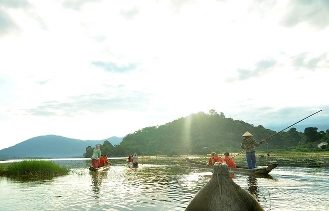 Đi thuyền độc mộc dạo Hồ Lak.