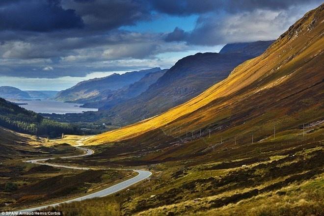 Nhung cung duong dep nhu tranh ve hinh anh 5 North Coast 500 (Scotland) là một trong những con đường hùng vĩ nhất thế giới. Những khung cảnh đẹp nhất của Scotland trải dài hàng trăm cây số tạo nên tuyến đường lái xe đẹp nhất Vương quốc Anh. North Coast 500 không chỉ là thiên đường cho những người mê lái xe hay ngắm cảnh mà còn thu hút nhiều du khách bởi ẩm thực, văn hóa, di sản và các khách sạn tuyệt vời.
