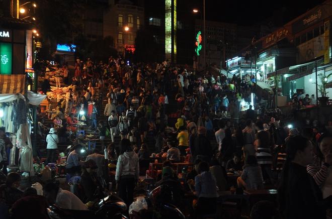 Say men ruou can, chenh choang Da Lat hinh anh 1 Khung cảnh tấp nập ở chợ đêm Đà Lạt.
