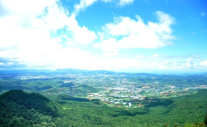 Say men ruou can, chenh choang Da Lat hinh anh 3 Toàn cảnh Lạc Dương và Đà Lạt nhìn từ đỉnh Lang Biang.