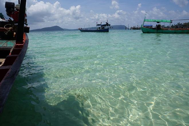 Hay dem mot cuon sach den Koh Rong hinh anh 2 Nước biển trong vắt và xanh màu ngọc ở Koh Rong. Ảnh: Mỹ Hạnh.