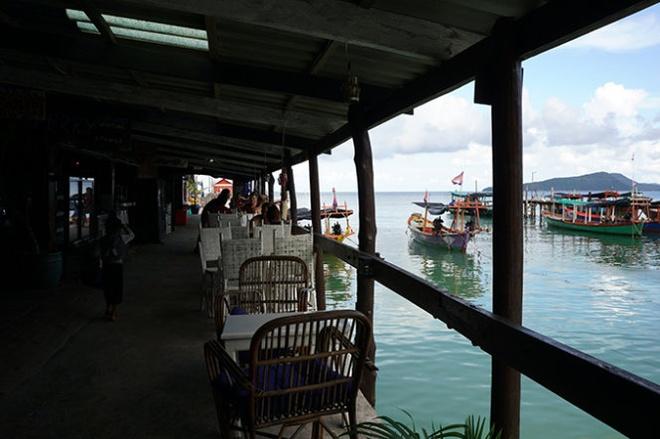 Hay dem mot cuon sach den Koh Rong hinh anh 3 Quán nước nhìn ra cầu cảng. Ảnh: Mỹ Hạnh.