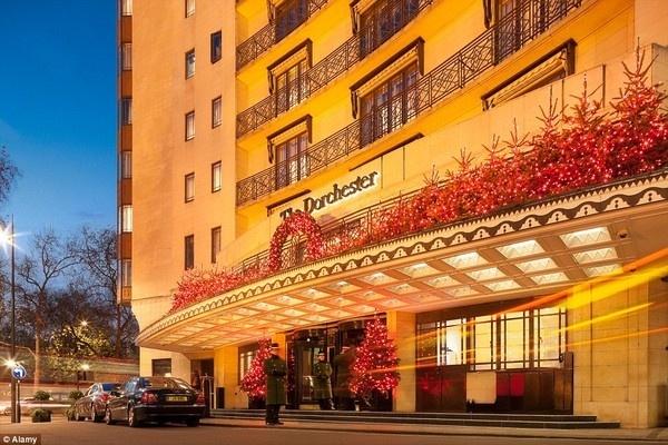 Nha giau Trung dong du lich xa xi den muc nao? hinh anh 3 Khách sạn 5 sao Dorchester là nơi tụ tập nhiều gia đình Ả Rập nhất tại Anh.