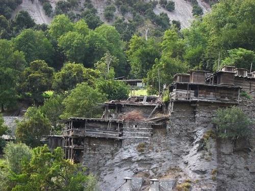 Bo toc co phu nu dep va hanh phuc nhat the gioi hinh anh 3 Ngôi nhà của người Kalasha cũng rất đặc biệt, được làm bằng gỗ, xếp bằng đá, chúng nằm bên vách đá khoét sâu vào trong núi.
