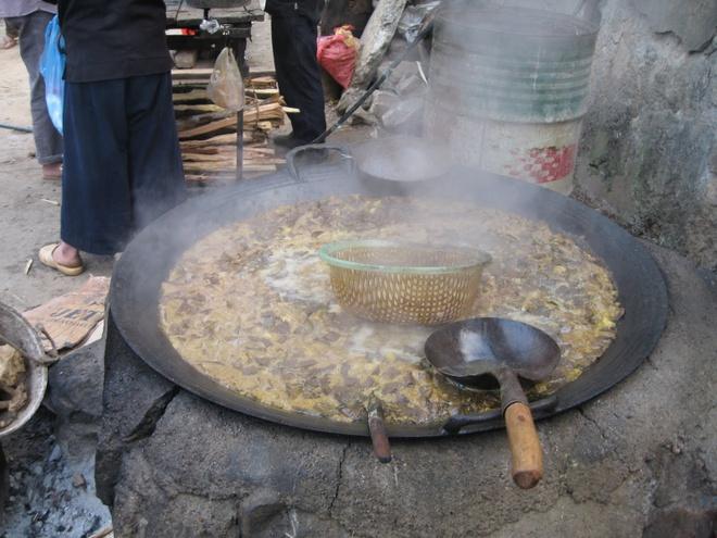 Thuong thuc dac san Ha Giang mua tam giac mach hinh anh 4 Thắng cố, món ăn phiên chợ Đồng Văn. Ảnh: Dulichhagiang.vn.
