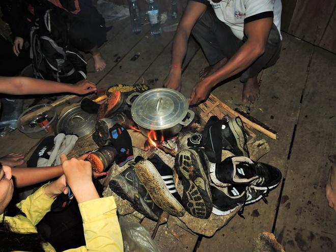 Nguoi Viet chinh phuc noc nha Campuchia hinh anh 11 Đến 14:30 chiều, chúng tôi đã đến được lán ở độ cao 1,100m. Ban đầu cả nhóm định đi tiếp lên đỉnh 1,813m vì còn khá sớm, nhưng do đã đi liên tục 8 tiếng nên quyết định dừng nghỉ, ăn uống và ngủ sớm để sáng hôm sau khởi hành sớm lúc 5:00 sáng. Trên lán đã có đồ dùng nấu nướng để có thể nấu ăn và nhóm cũng tranh thủ hong khô giày và quần áo do cơn mưa lớn lúc trưa.