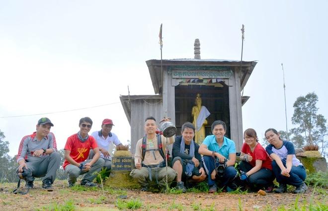 Nguoi Viet chinh phuc noc nha Campuchia hinh anh 12 5:00 sáng ngày kế tiếp, đoàn dậy sớm ăn sáng nhanh gọn, bỏ bớt đồ đạc lại rồi tiếp tục chinh phục nốt 700m độ cao còn lại. Đúng 9:00 sáng, chúng tôi đã chính thức đặt chân lên đỉnh Aural – nóc nhà Vương quốc Campuchia và trở thành những người Việt đầu tiên đặt chân lên đây. Theo lời anh Chhim dẫn đường, Việt Nam là quốc gia thứ hai sau người Campuchia và người Malaysia tính ở  khu vực Đông Nam Á đặt chân lên đây.