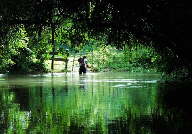 Nguoi Viet chinh phuc noc nha Campuchia hinh anh 16 Khung cảnh rất đẹp và thơ mộng ở đoạn ngập nước trước khi về đến làng Srae Kan Bei. Đến lúc này mọi người rất vui vì sắp được nghỉ ngơi sau 2 ngày di chuyển liên tục, nhưng cũng thấy buồn vì sắp phải chia tay những khung cảnh núi rừng thơ mộng và yên bình của một vùng quê nước bạn.
