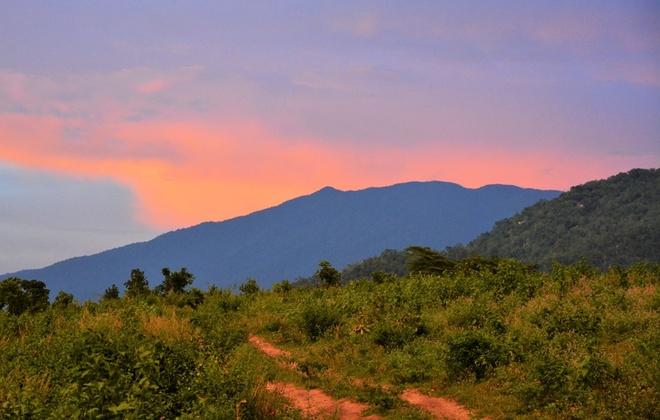 Nguoi Viet chinh phuc noc nha Campuchia hinh anh 18 Trời tối rất nhanh, chúng ta phải cố gắng vượt qua đoạn đường gồ ghề lúc đầu để trở lại đường 132 trước khi hết nắng, nhưng cũng không quên ngoáy đầu nhìn lại đỉnh núi Aural đang mờ dần trong ánh hoàng hôn và hẹn nếu có dịp sẽ trở lại thăm nơi này.
