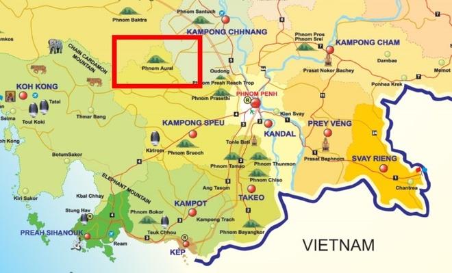 Nguoi Viet chinh phuc noc nha Campuchia hinh anh 1 Khi nói đến đất nước Campuchia, du khách bốn phương sẽ nghĩ ngay đến những địa điểm quen thuộc như: Khu quần thể đền đài Angkor, thủ đô Phnom Penh, thành phố biển Sihanoukville, cao nguyên Bokor v.v…. Rất ít du khách sẽ nghĩ đến các hoạt động thể thao, khám phá thiên nhiên như leo núi, trekking. Một phần cũng vì lí do ba phần tư diện tích đất lãnh thổ là đồng bằng và cao nguyên thấp, không có nhiều tiềm năng phát triển các loại hình du lịch này. Tuy nhiên, vừa rồi chúng tôi đã có dịp khám phá một góc rất khác của đất nước Khmer láng giềng mà rất ít du khách biết tới, đó là thử một lần chinh phục đỉnh Aural cao 1,813m, nóc nhà của đất nước Campuchia.