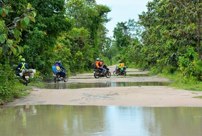 Nguoi Viet chinh phuc noc nha Campuchia hinh anh 3 Với rất ít thông tin tham khảo được trên mạng, chúng tôi vẫn quyết định lên lịch trình và chuẩn bị cho chuyến đi khám phá này. Đoàn gồm 8 người khởi hành bằng xe máy từ Sài Gòn theo đường xuyên Á AH1 qua cửa khẩu Mộc Bài/Bavet, dừng chân một đêm tại Phnom Penh và sáng hôm sau lại tiếp tục theo quốc lộ 4 đến địa phận huyện Aural, tỉnh Kampong Speu.