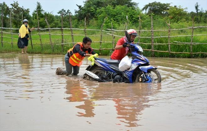 Nguoi Viet chinh phuc noc nha Campuchia hinh anh 4 Ngay khi vừa tách khỏi đường 132 để tiến sâu vào làng Srae Kan Bei dưới chân núi, chúng tôi đã gặp những khó khăn đầu tiên khi đi theo một con đường rất gồ ghề và có nhiều hố nước sâu cũng như những con suối cắt ngang đường.