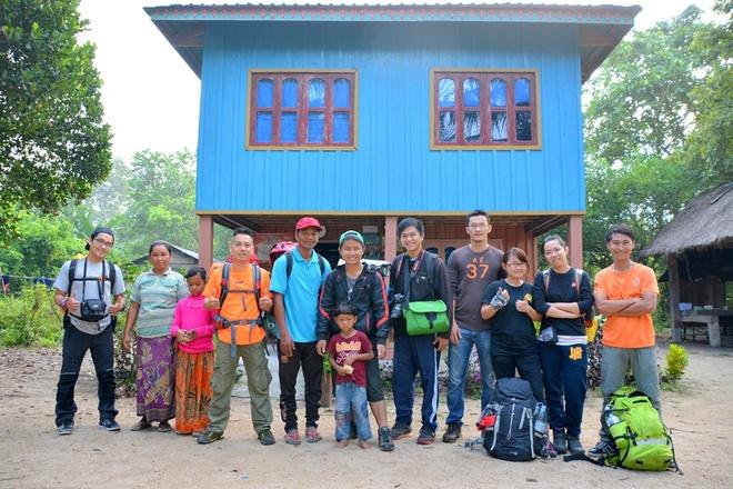 Nguoi Viet chinh phuc noc nha Campuchia hinh anh 7 Đúng 6:30, đoàn chụp ảnh lưu niệm với gia đình anh Chhim và khởi hành từ làng Srae Kan Bei. Do có việc nhà đột xuất nên một thành viên trong đoàn phải về trước nên nhóm còn lại 7 người, tiếp tục chinh phục đỉnh núi.