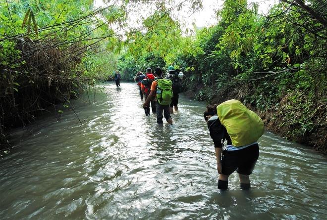 Nguoi Viet chinh phuc noc nha Campuchia hinh anh 8 Thử thách đầu tiên là đoạn đi bộ khoảng 8km qua những đoạn đường ngập nước đến đầu gối và xuyên qua những đồi cỏ xanh và rừng cây lá thấp rất đẹp trong không khí trong lành dẫn đến chân núi Aural.