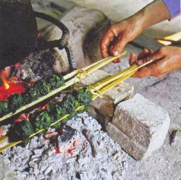 Thuong thuc dac san Ha Giang mua tam giac mach hinh anh 2 Rêu nướng là món ăn đặc sản Hà Giang lạ miệng, ăn ngon, bổ mà lại có hương vị rất riêng. Ảnh: Tintuc.