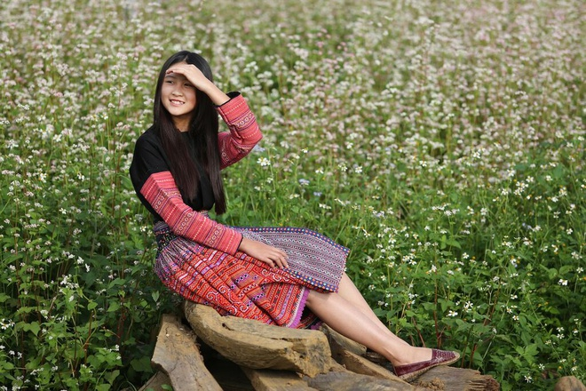 Hoa tam giac mach no ro tai Moc Chau hinh anh 9 Cô bé xinh xắn này thường mặc đồ dân tộc nên nhiều người lầm tưởng là dân tộc Mông nên xin chụp hình cùng.