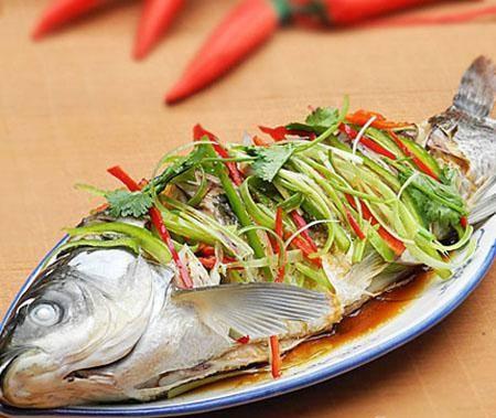 Cach pha cac loai nuoc cham thong dung (phan 2) hinh anh 6 Cách pha nước chấm cho món cá nướng, cá hấp cuốn rau, bún Nguyên liệu: Một thìa nước mắm ngon, một thìa dấm ngon, một thìa đường, 3 thìa nước lọc, tỏi, ớt, gừng, thì là. Cách làm: Tỏi, ớt, gừng, rau thì là băm nhỏ. Pha nước mắm, dấm, đường, nước, điều chỉnh vị vừa ăn rồi mới cho tỏi, ớt, gừng, thìa là vào. So với nước chấm nem, nước chấm cá luộc mặn hơn vì cá hấp và luộc vị nhạt nên cần nước chấm đậm, cũng có thể dùng vị chua của chanh để nước chấm thơm tự nhiên. Loại nước chấm này có thể phù hợp để chấm các loại gỏi cá cuốn nướng.