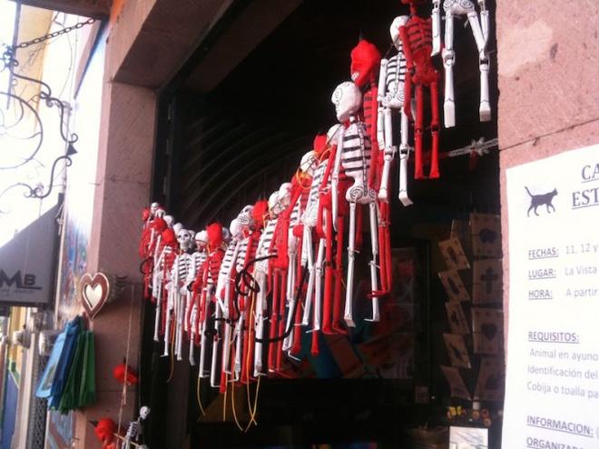 Kham pha le hoi nguoi chet o Mexico hinh anh 1 Đầu lâu và xương là một trong những điểm nhấn của lễ hội. Ảnh: Livebreathediscover.