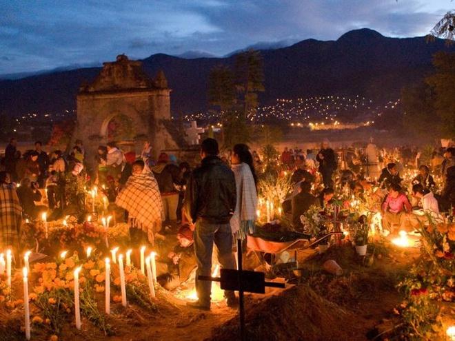 Kham pha le hoi nguoi chet o Mexico hinh anh 3 Vào đêm lễ hội, khắp các nghĩa trang, đường phố rực rỡ ánh đèn. Ảnh: National Geographic.
