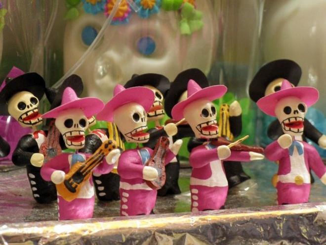 Kham pha le hoi nguoi chet o Mexico hinh anh 4 Kẹo đầu lâu thường đặt ở trên bàn thờ hoặc bên cạnh mộ. Ảnh: National Geographic.