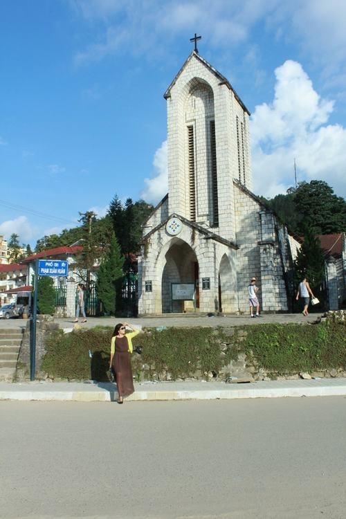 Mua thu o 'Thi tran trong may' hinh anh 7 Khác với các bạn trẻ, nhiều người có tuổi hơn một chút thì lựa chọn nhà thờ đá cổ Sapa để khám phá ngay khi đặt chân đến thị trấn này. Nằm ngay trung tâm thị trấn, nhà thờ được xây dựng từ những năm 1895. Đây là công trình cổ mang đậm dấu ấn kiến trúc Pháp còn nguyên vẹn tại Sapa.